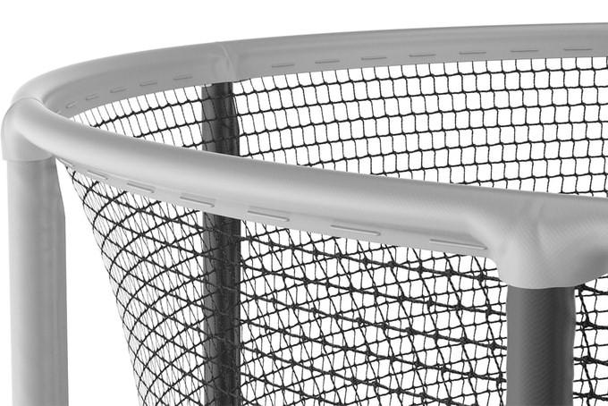 Elastična zaštitna mreža bez prekidnih točaka, otporna na vremenske utjecaje i UV zrake. Zaštitni gornji okvir od FE cijevi za stabilnost i sigurnost.